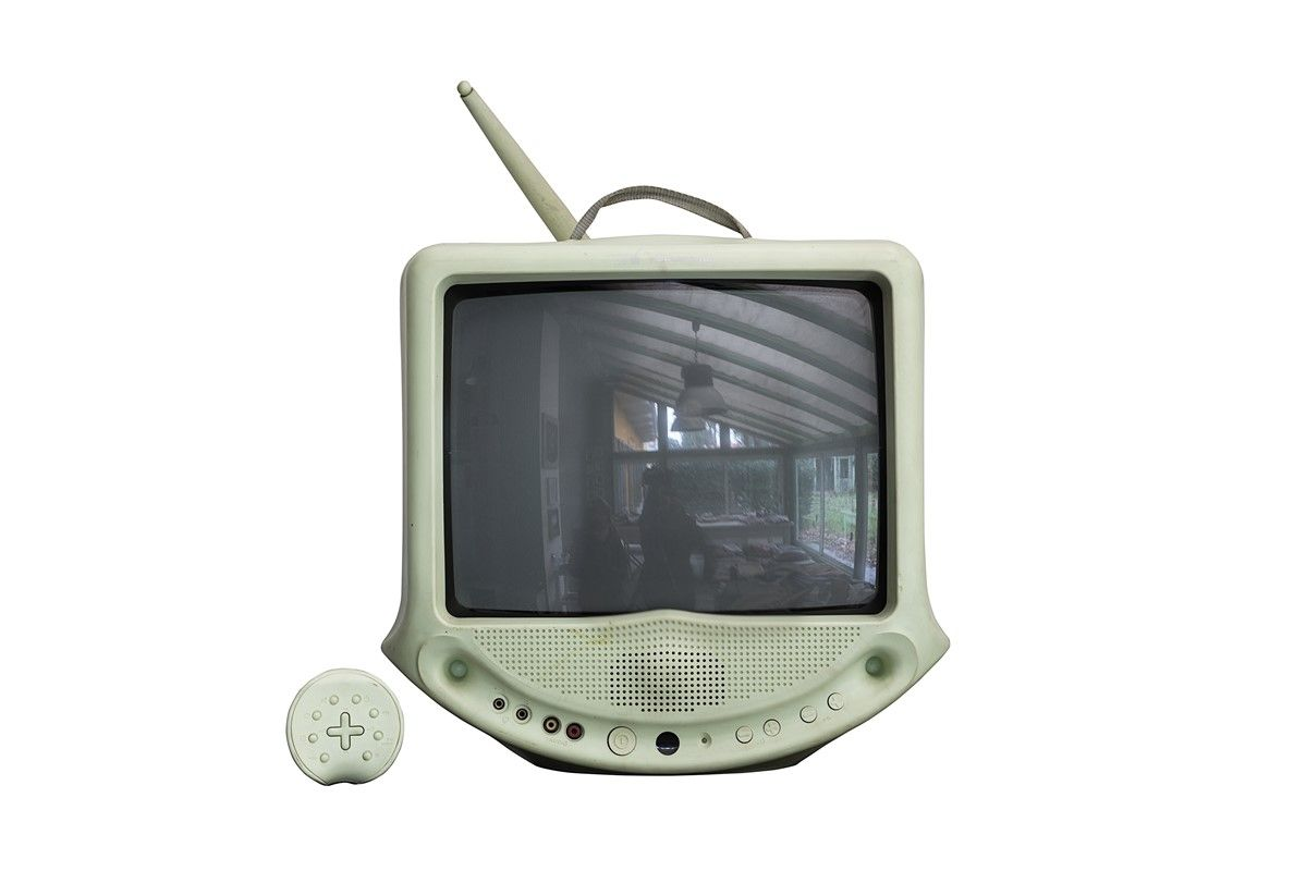 Lotto comprendente alcuni oggetti di modernariato 1 ferro da stiro 1 televisore con - Oggetti di metallo in casa ...